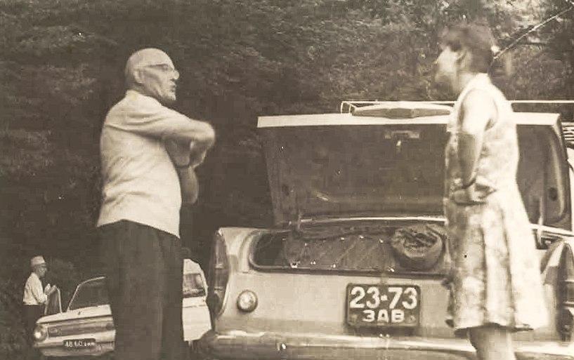 Гаврило Глюк та його автівки (З фотоархіву Йосипа Гомокі)