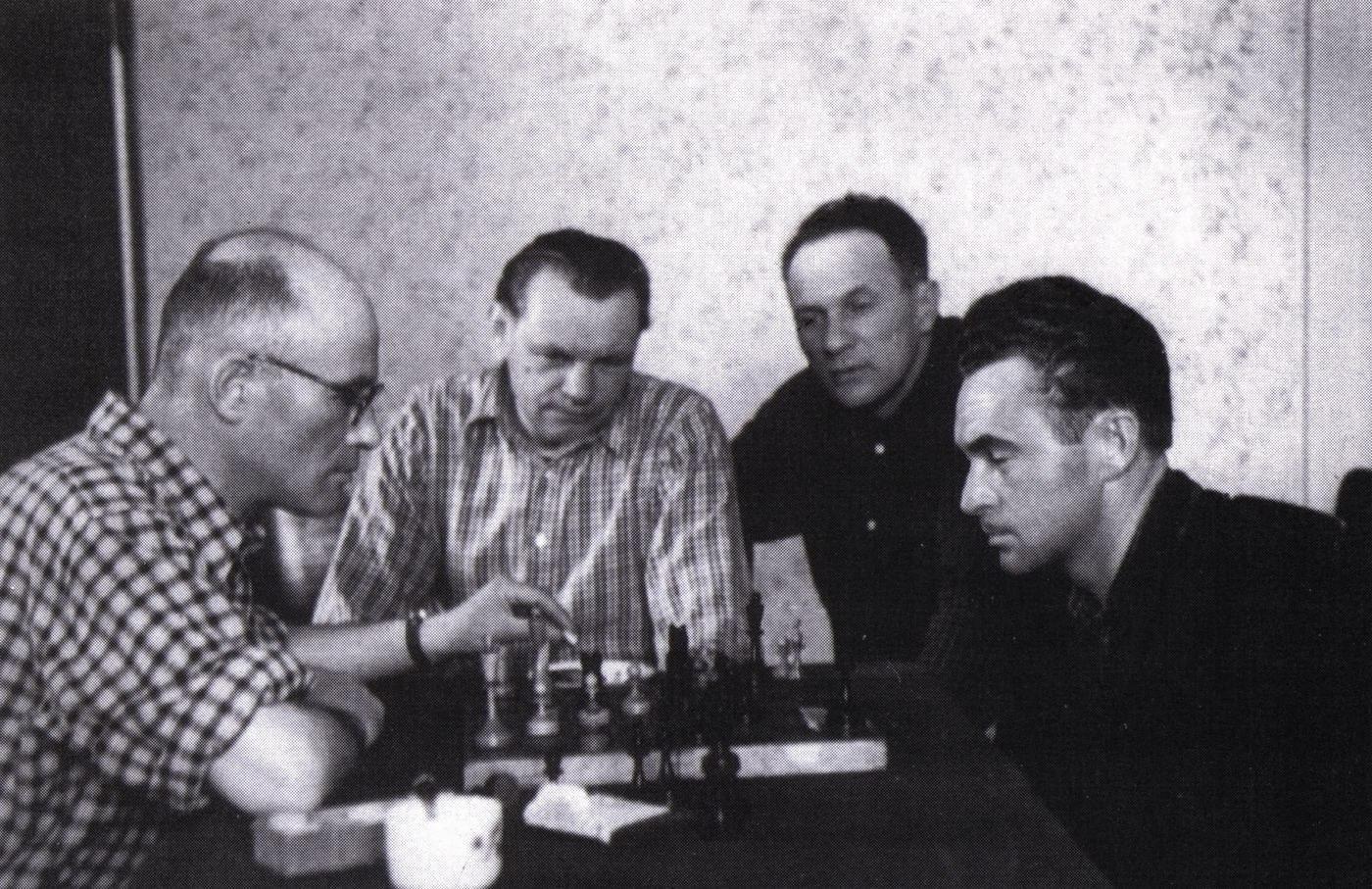 Gabriel Gluck, Adalbert Marton, Zoltan Sholtes, Anton Kashshai playing chess