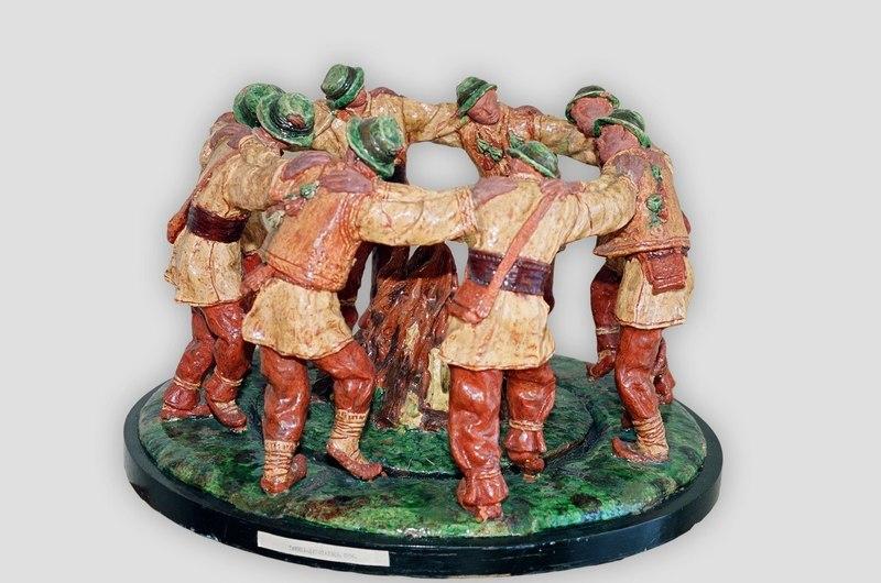 «Танець «Аркан», 1962, майоліка, кругла скульптура. Ужгород