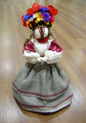 Заквітчана, 2010, текстиль, муліне, хрестик, змережування, штучні квіти