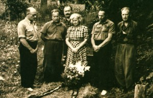 At the grave of Imre Revesz. From left to right G. Gluck, A. Boretskyi, F. Manailo, daughter of I. Revesz, Z. Sholtes, A. Kotska, 1955