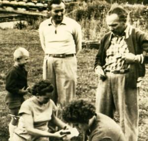 Зліва направо син Кашшая А. – Мирон, дружина Кашшая А., дружина Шолтеса З. та Шолтес З., 1955