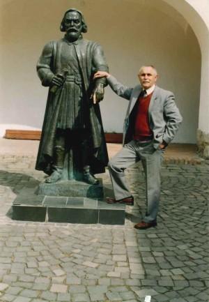 Олашин В.С. Біля своєї роботи Федір Корятович, замок Паланок, 2004