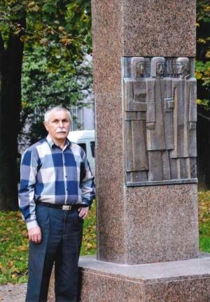 Олашин В. Пам'ятник репресованим, 2010, граніт, бронза, 3,50х 120м (вигляд спереду)