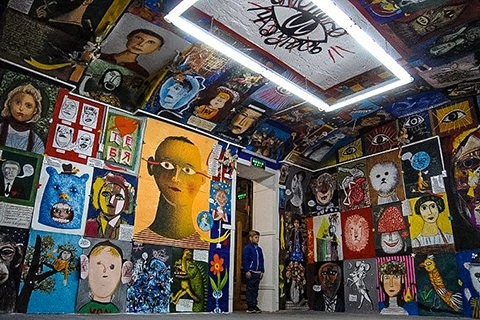 What is the phenomenon of the Kharkiv art studio Aza Nizi Maza?